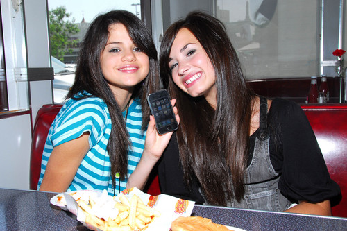 Selena Gomez na Demi Lovato karatasi la kupamba ukuta with a tamale, a lunch, and a brunch titled Demi&Selena picha
