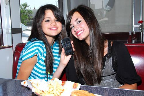 Selena Gomez na Demi Lovato karatasi la kupamba ukuta with a tamale, a lunch, and a brunch called Demi&Selena picha