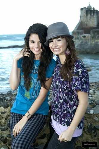 Selena Gomez et Demi Lovato fond d'écran entitled Demi&Selena photo