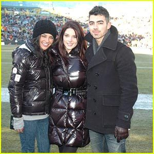 Joe Jonas & Ashley Greene: Green baia Packers Game with Jessica Szohr!