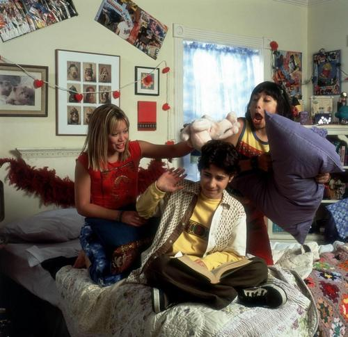 Lizzie McGuire kertas dinding probably containing a drawing room called Lizzie cast