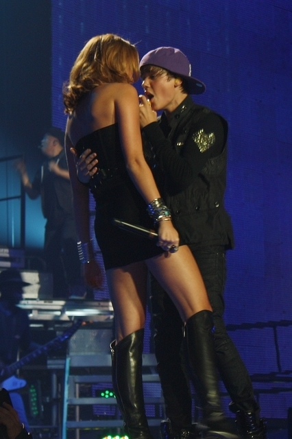 justin bieber and miley cyrus kissing. justin bieber and miley cyrus