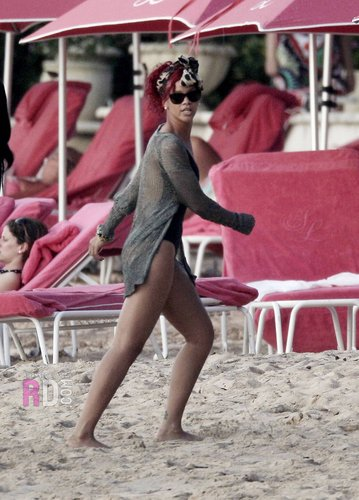 Rihanna on the bờ biển, bãi biển in Barbados - December 26, 2010