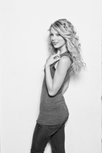 Taylor pantas, swift - Photoshoot #059: Women's Health (2008)