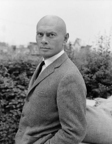Yul Brynner দেওয়ালপত্র containing a business suit, a suit, and a three piece suit titled Yul Brynner