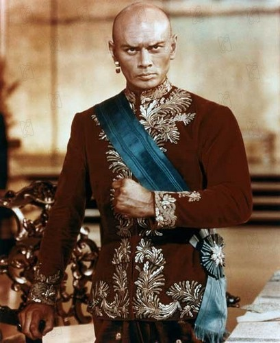 Yul Brynner দেওয়ালপত্র probably with a business suit called Yul Brynner