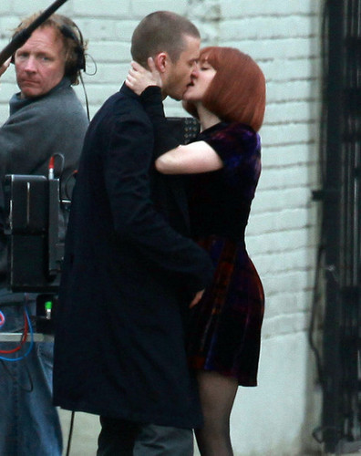 "[12.15.10] Amanda on the set of ""Now"""