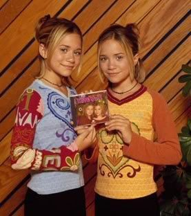 Mary-Kate & Ashley Olsen karatasi la kupamba ukuta possibly containing a portrait entitled 1999 - Cool Yule