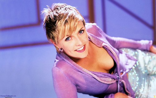 Amanda Tapping achtergrond possibly containing a chemise and a portrait entitled Amanda Tapping achtergrond