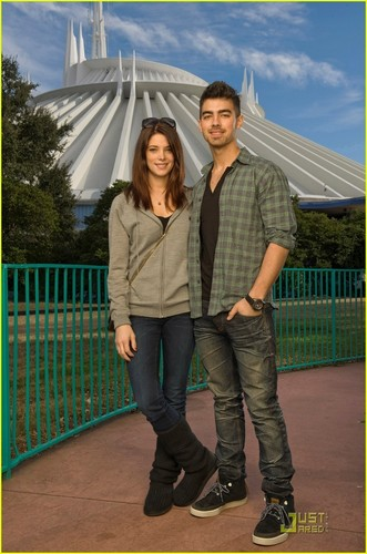 Ashley Greene & Joe Jonas: डिज़्नी Duo (December 29)!