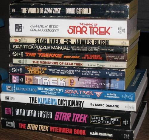 nyota Trek vitabu karatasi la kupamba ukuta probably with a cassette tape, a videocassette, and anime titled Book collections