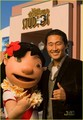 Daniel dae kim- posing with Lilo at Disney Studios in Florida 28.12.2010 - lost photo