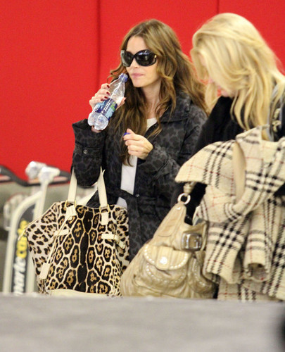 Denise Richards wallpaper containing sunglasses called Denise @ LAX