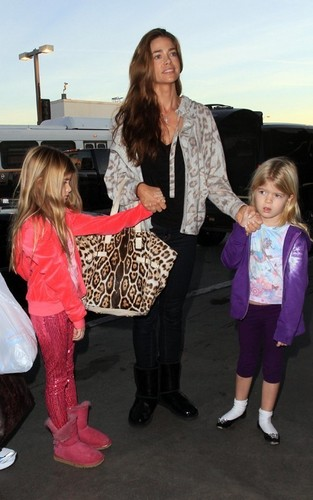 Denise Richards wallpaper entitled Denise, Sam & Lola @ LAX