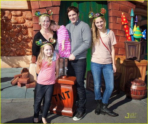 Jennie and Family at disneyland - jennie-garth Photo