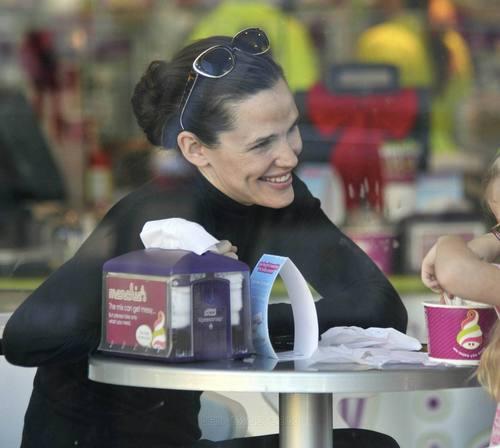 Jennifer Garner Munches on Menchies with violet