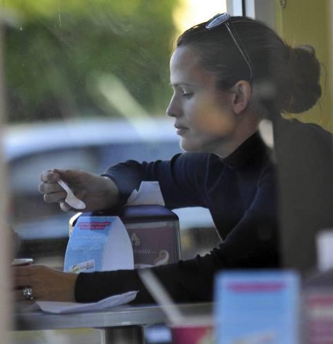 Jennifer Garner Munches on Menchies with màu tím