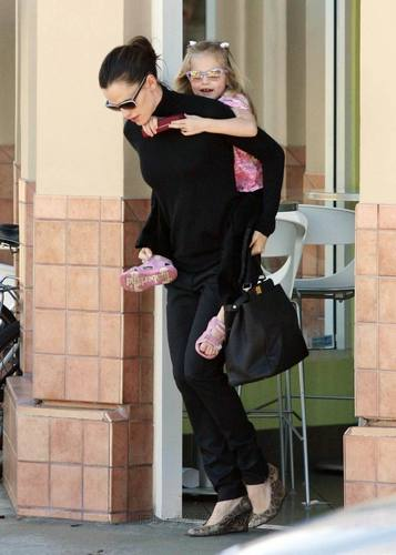 Jennifer Garner Munches on Menchies with фиолетовый