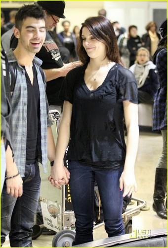 Joe Jonas & Ashley Greene : LAX Lovebirds (December 29) !
