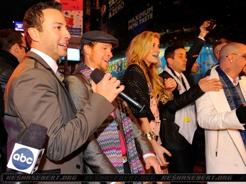 Ke$ha پیپر وال possibly containing a business suit, a flute, and a flutist called Ke$ha @ Dick Clark's New Year's Rockin' Eve with Ryan Seacrest 2011