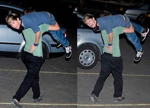 Louis carrying Niall!!! :P xxx
