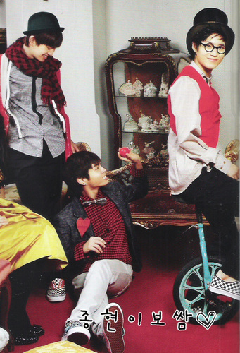 "SHINee in Vogue Girl: ""Abracadabra! SHINee Christmas"""