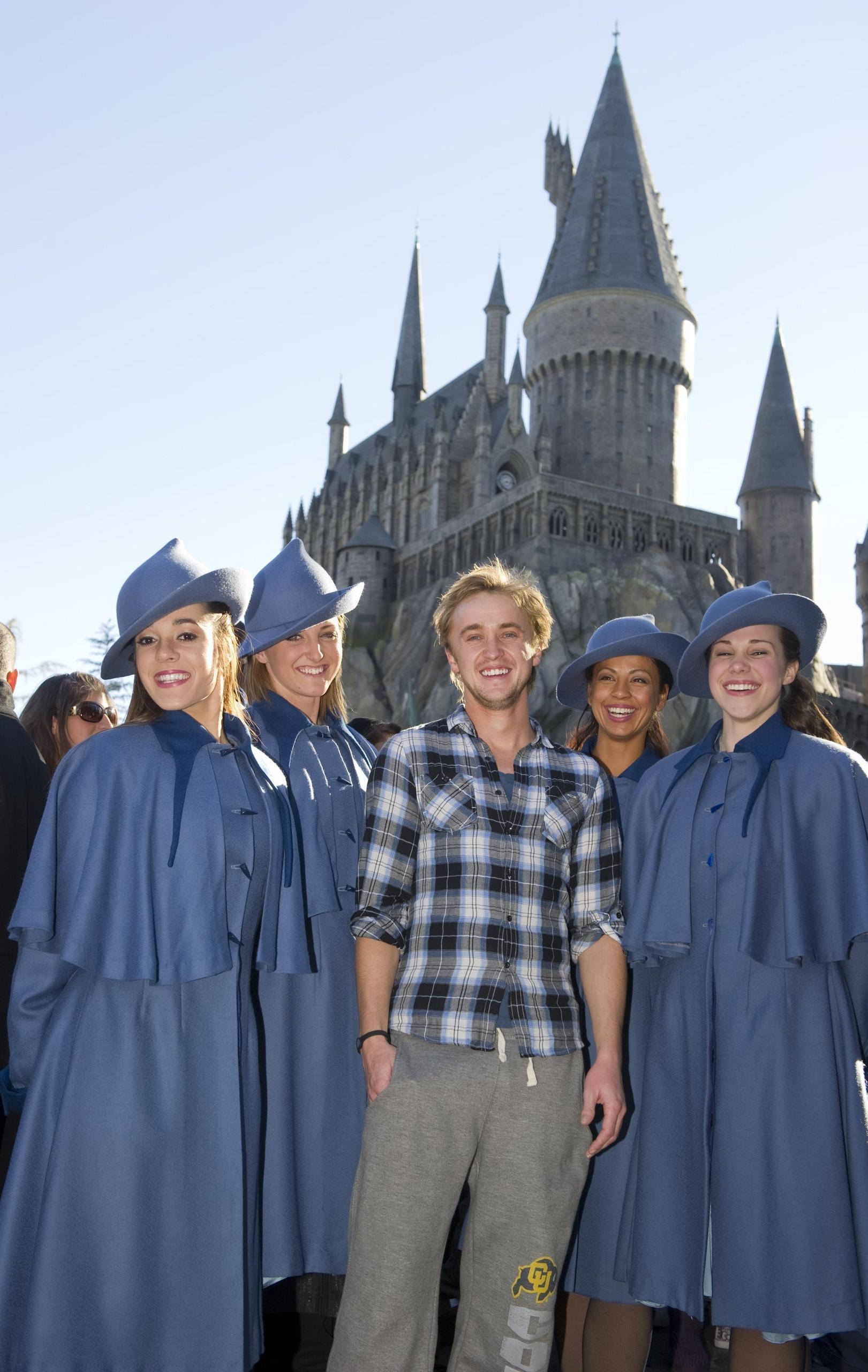 http://images4.fanpop.com/image/photos/18000000/Tom-visits-Wizarding-World-of-Harry-Potter-harry-potter-18010673-1621-2560.jpg