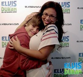 wow look at that justin bieber hug i would want 2 get 1 of those haha