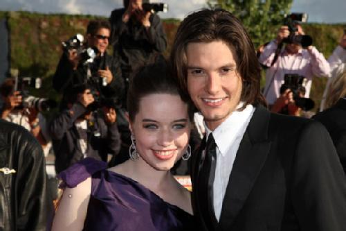 who is dating anna popplewell Anna popplewell and sam caird finally became wife and husband after dating secretly for so long aged 29, anna popplewell got married to her husband sam caird nearly one year back on 14th may 2016 in london, england the wedding ceremony was accomplished with their closest friends and family.