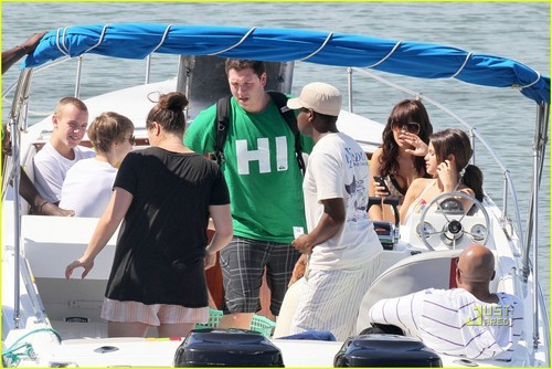 CAUGHT: Selena Gomez&Justin on a romantic vaca!!<3-The Caribbean