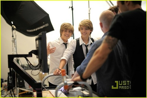 los hermanos sprouse fondo de pantalla with a business suit titled Cole and Dylan lookin hot in a leche commercial!!<3