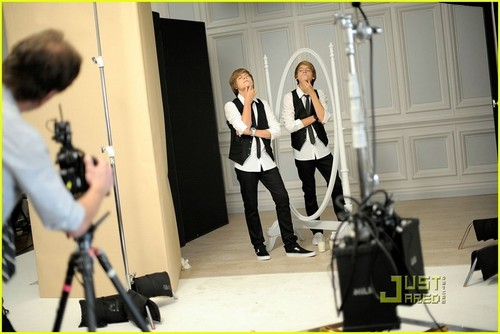 Cole and Dylan lookin hot in a молоко commercial!!<3
