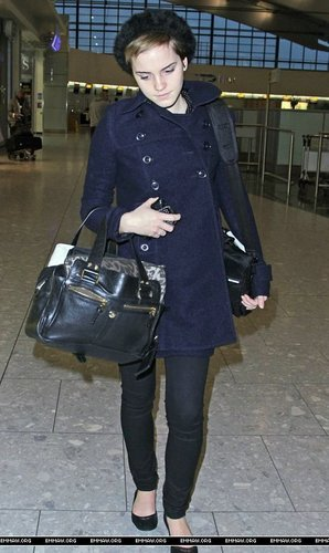 Emma Watson Hintergrund possibly containing a hip boot titled Emma Watson at Heathrow Airport On Friday (December 31st)