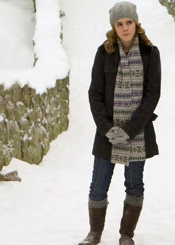 Harry Potter wallpaper with a snowbank entitled Hermione :))