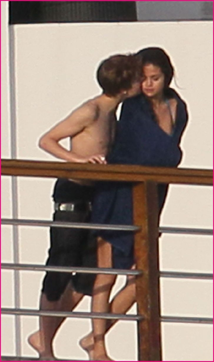 Justin Bieber and Selena Gomez - Dating Gossip News Photos