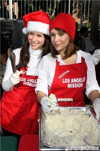 jennifer love hewitt hosts christmas eve at the los angeles mission
