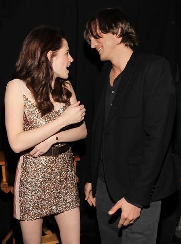 ক্রিস্টেন স্টুয়ার্ট দেওয়ালপত্র probably with a business suit entitled 2011 People's Choice Awards [HQ]