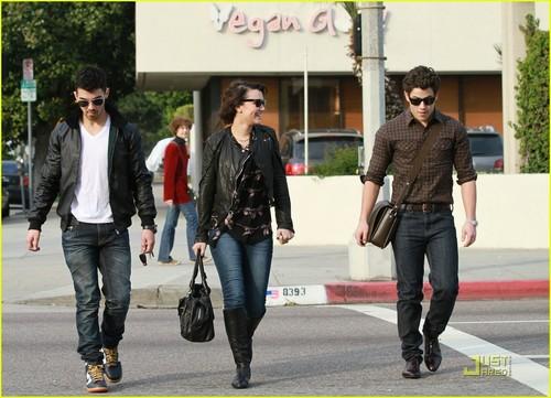 Joe Jonas & Nick Jonas : Lunch tarikh with Samantha Barks (07.01.2011)