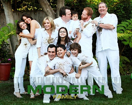 Modern Family wallpaper probably containing a bridesmaid titled Modern Family