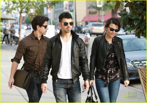 Nick Jonas & Joe Jonas: Lunch tarehe with Samantha Barks (07.01.2011)