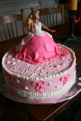 Princess Aurora achtergrond with a koekje, cupcake and a bouquet titled Sleeping beauty birthday cake :)