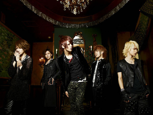 Jrock Hintergrund with a business suit titled Alice Nine