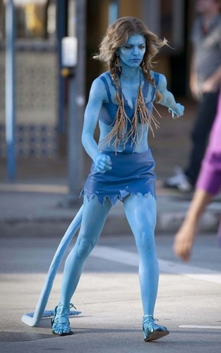 """AnnaLynne McCord dressed as an アバター on the set of """"90210"""""""