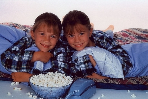 Mary-Kate & Ashley Olsen 壁纸 probably with an 开胃菜, 开胃小菜 titled Ashley Fuller and Mary-Kate Olsen