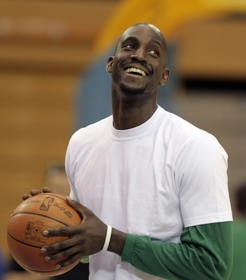 Boston Celtics Hintergrund with a basketball, a dribbler, and a basketball player entitled Kevin Garnett
