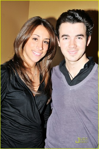 Kevin Jonas & Danielle Jonas: Spider'Man Sweeties (09.01.2011)