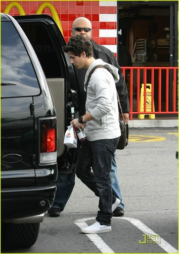 Nick Jonas: McDonald's Man (08.01.2011)