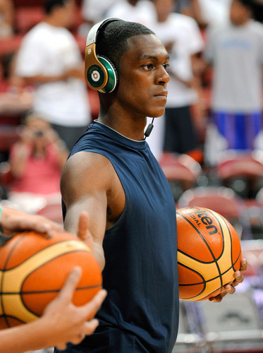 Rajon Rondo Hintergrund containing a basketball, a dribbler, and a basketball player called Rajon Rondo