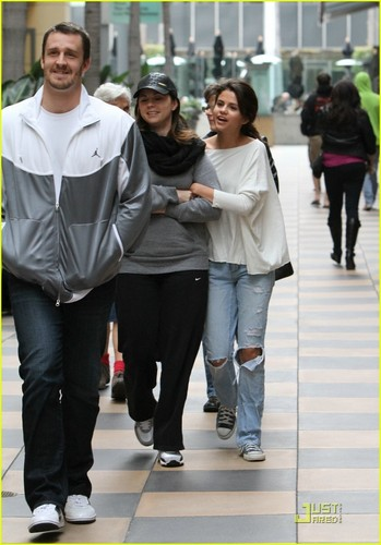 Selena Gomez & Mom Mandy: Galleria Girls