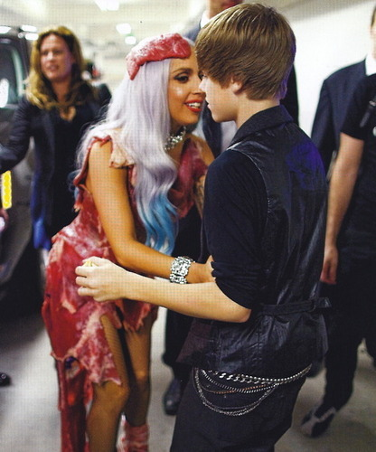 VMAs Backstage - Gaga & Bieber (doesn't look real to me)
